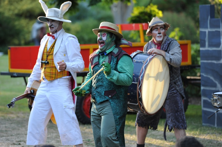 Image_WindInTheWillows_0632_HeadChiefRabbit(RoscoeMathers)Toad(RyanHawke)AndRatty(LeighPiper)_PHOTOCREDIT_MattDeller